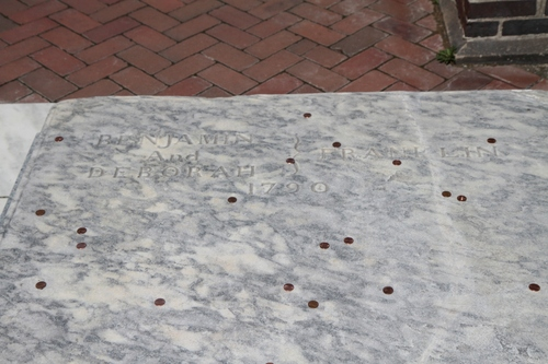 Benjamin%20Franklin%27s%20tomb%2C%20Christ%20Church%20Cemetery%2C%20Philadelphia%20-%2003.jpg