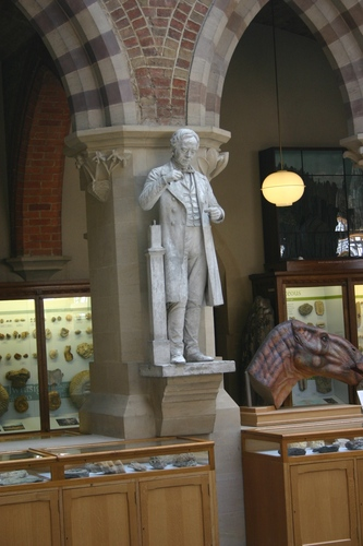 Hans%20Oersted%27s%20statue%2C%20Oxford%20University%20Museum%20of%20Natural%20History%2C%20Oxford%20-%2001.JPG