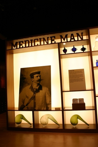 Medicine%20Man%2C%20The%20Wellcome%20Building%2C%20London%20-%2001.JPG