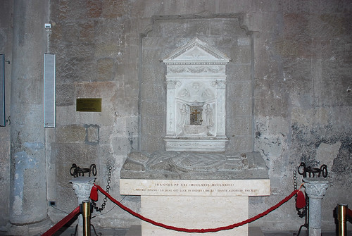 Peter%20of%20Spain%27s%20tomb%20-%20front%20view.JPG