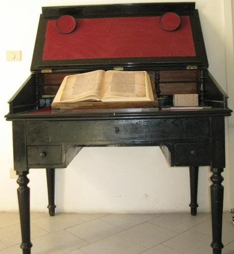 Salvatore%20Tommasi%27s%20writing%20desk.JPG
